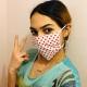Geflüchete Frau in Griechenland mit einer selbstgenähten Maske aus dem Projekt von just human mit Planet Bamboo