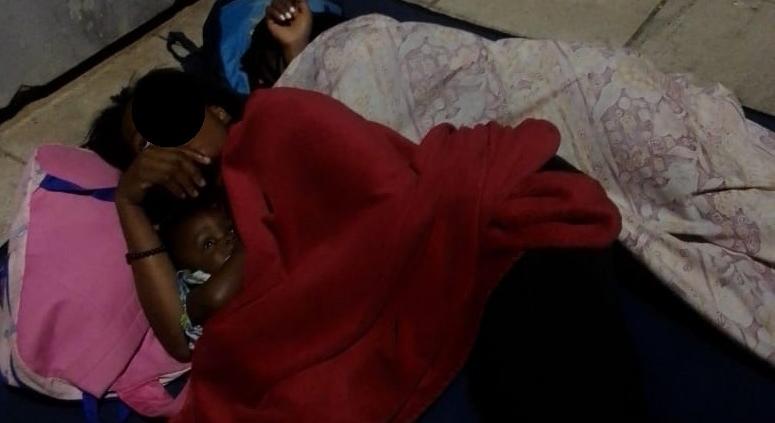 Mutter mit Baby obdachlos in Athen